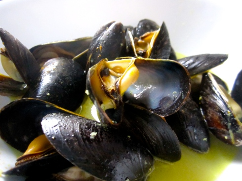 White Wine and Turmeric Mussels